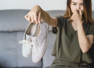 Jak pozbyć się brzydkiego zapachu z butów?