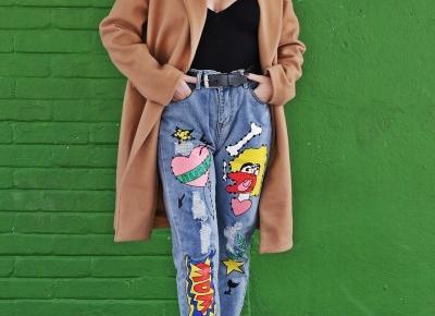 Beżowy płaszcz i jeansy z nadrukiem