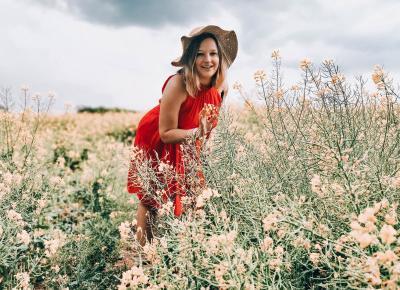 Wiosna, rzepak i czerwona sukienka