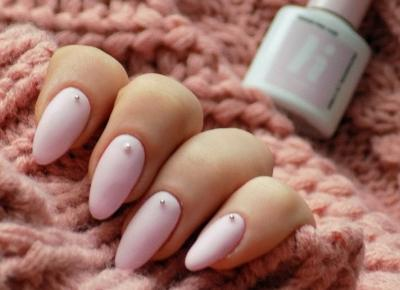 Pastelowe paznokcie z dżetami