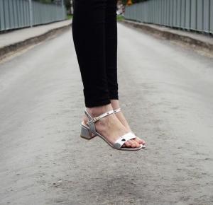 Metaliczne sandały od RoseWholesale.