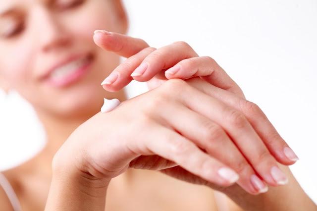 Lakierowe rewolucje: Jak zapuścić paznokcie?