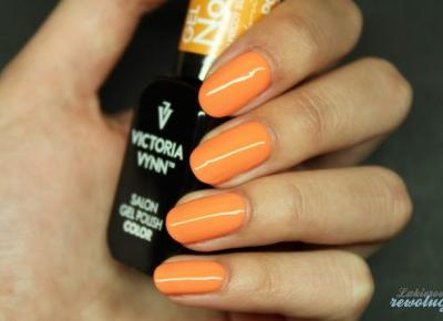 Lakierowe rewolucje: Victoria Vynn Gel Polish - 070 Apricot Sunset, płytka hehe-021 oraz srebrne cyrkonie