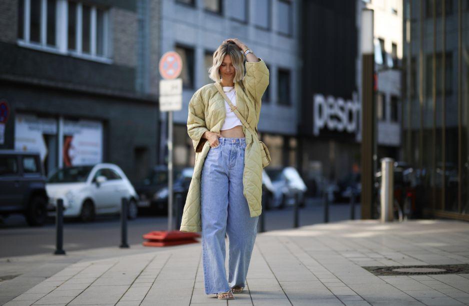 Trendy 2020: To właśnie te jeansy wszystkie będziemy nosić tej jesieni. Trend z lat 90. powraca! - Glamour.pl