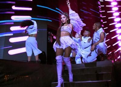 Ariana Grande zaatakowana przez fana Beyonce. Rzucono w nią cytryną | MusicLovers.pl