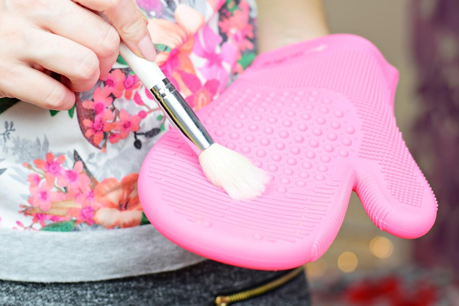 Mademoiselle Magdalene Blog: Uroda | Moda | Lifestyle: Gadżety Kobiety: GlamGlove | Łatwe, szybkie i skuteczne mycie pędzli?