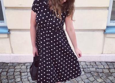 Madzia Rębowiecka: czarna sukienka w groszki Promod.