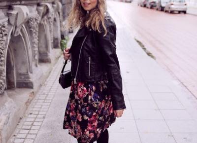 sukienka w kwiaty i czarna ramoneska.