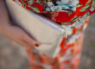Madzia Rębowiecka: sukienka w kwiaty i srebrne dodatki.