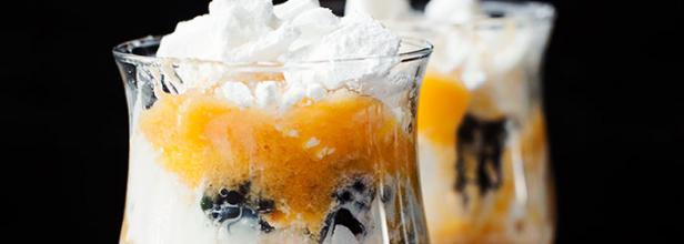 Kwestia Smaku - Deser w pucharkach z bezą, lodami, jeżynami i musem brzoskwiniowym