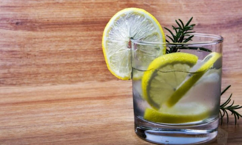 Czy warto pić wodę z cytryną ?