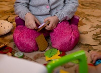 Siad w literę W - czy Twoje dziecko tak siada? - Matka Też Człowiek