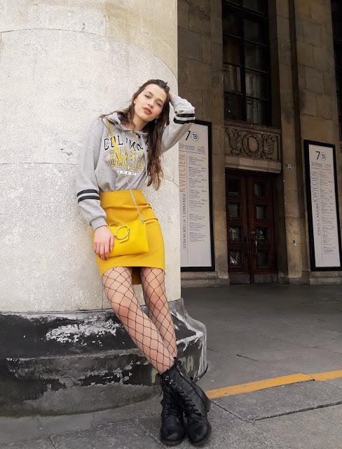 Outfit z Żółtą Spódnicą, Bluzą i Kabaretkami ⭐ Women Change the World