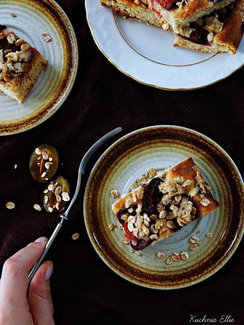 Drożdżowe ciasto orkiszowe ze śliwkami
