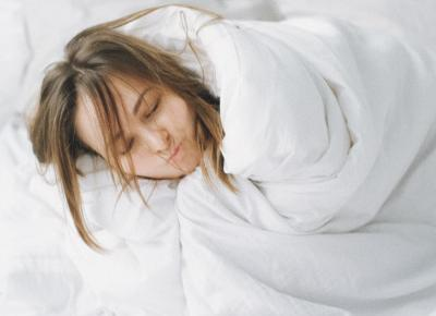 Sleeping with wet hair: advantageous for health or not? - Whatsmagazine