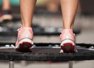 Ćwiczenia na trampolinie sprawią, że stracisz nawet 10 kg! Jak zacząć trenować? - Ćwiczenia - Polki.pl