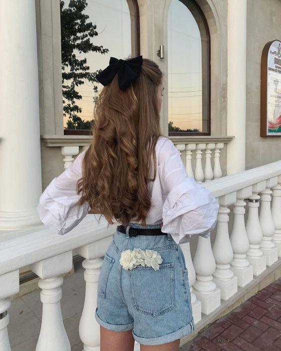 Modne fryzury na jesień 2020: Kokarda do włosów – Ta jedna rzecz sprawi, że twoja fryzura momentalnie nabierze szyku. Weź przykład z paryżanek - Glamour.pl
