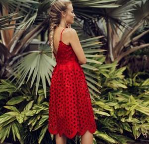 Czerwona sukienka i buty sportowe
