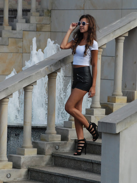 Little World Of Fashion: Leather shorts