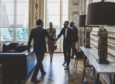Justin i Hailey Bieber szokowali strojem na spotkaniu z prezydentem Francji! Jak powinni się ubrać?