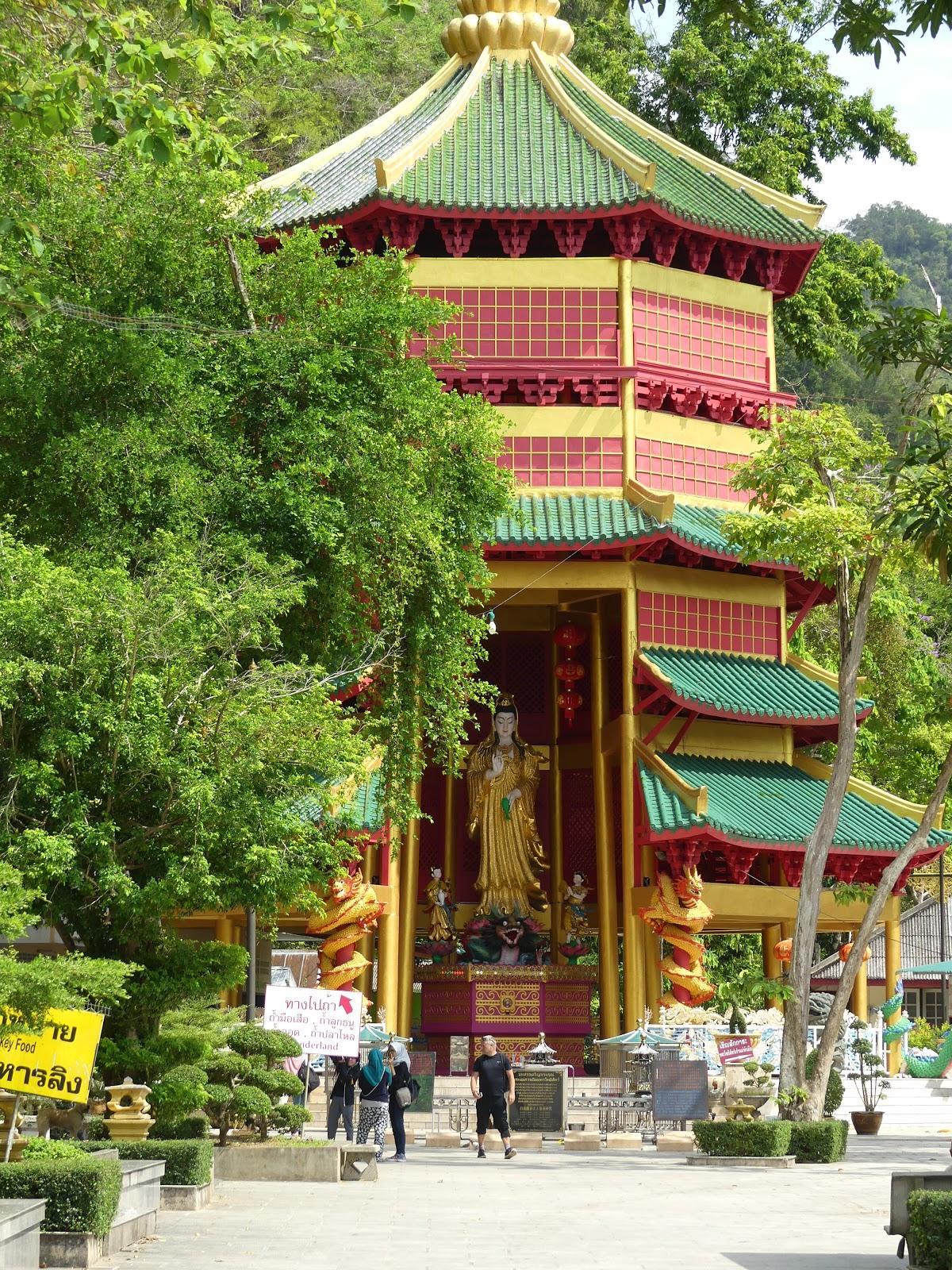 Nicolle's blog: Tajlandia #3: Wyspa Jamesa Bonda, wodna wioska, buddyści i magiczne jeziorka ukryte w lesie tropikalnym