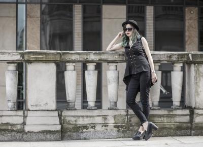 Jak ubierać się rockowo do pracy w korpo? Alternatywne outfity do biura