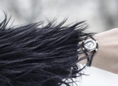 Jak nosić czarne futerko? Botki Altercore, sukienka w gwiazdki