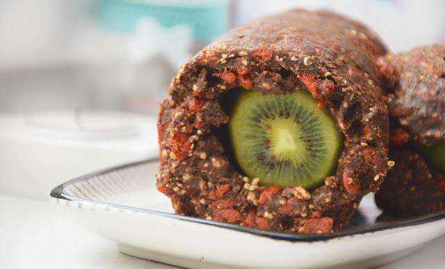 Healthy Dreams: raw rolada gryczano-śliwkowa z kiwi