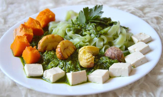 Healthy Dreams: szpinakowo-kokosowe pesto z pieczonymi kasztanami i makaronem z tapioki