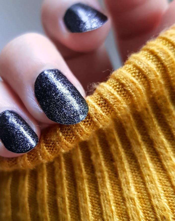 pastelowyblog.pl: Lakier do paznokci od CR Cairuo z serii Focus Glitter - czerń z dodatkiem srebrnego brokatu, nr 06.