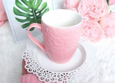 🌸 Różowy kubek z wytłaczanym wzorem w kwiaty 🌸