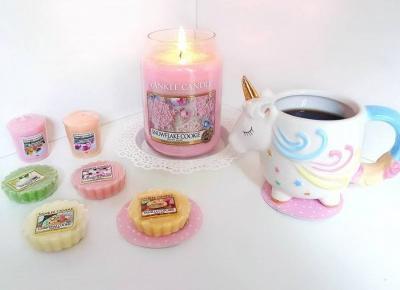 """Justyna 🎀 on Instagram: """"pachnący wieczór z Yankee Candle 💛💖 życzę Wam udanego tygodnia 💙 #candle #candles #yankee #yankeecandle #snowflakecookie #świeczki #wax…"""""""