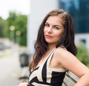 paula-visage: STYLIZACJA NA WESELE. CZARNA SUKIENKA I ZŁOTE DODATKI