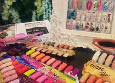 Rok Dla Siebie: Chiodo i kolorowe paznokcie tego lata
