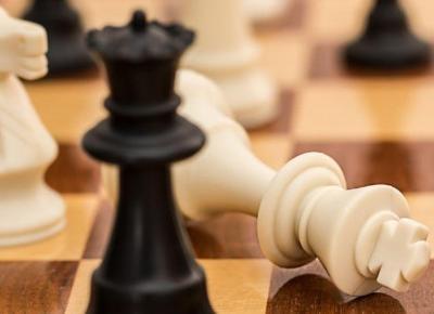 YouTube usunął film o szachach za rasim, bo białe figury biły czarne.