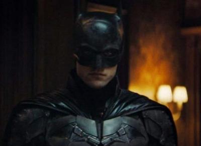 The Batman z nowym plakatem pokazującym Pattinsona w kostiumie.