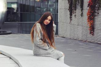Grey coat with white jeans - Jessica Słoniewska Blog