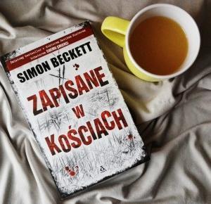 """Jedno zabójstwo ciągnie za sobą kolejne – Simon Beckett """"Zapisane w kościach"""""""