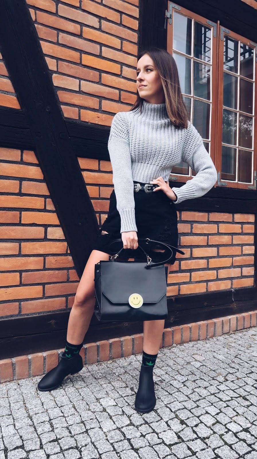Kalosze w stylizacji na codzień/ szary sweter i czarna spódniczka