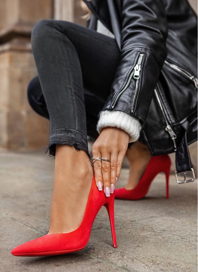 Jakie buty założyć na Dzień Zakochanych? Zmysłowe szpilki na walentynkową randkę.