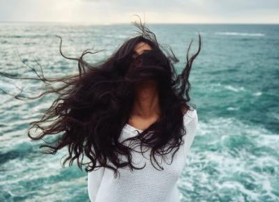 Domowe sposoby na wypadanie włosów | Obcasy.pl