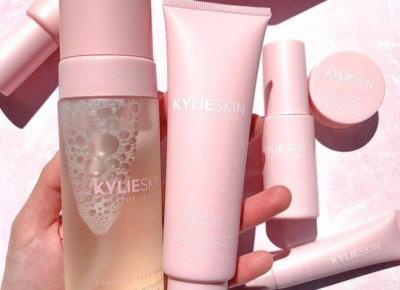 Kosmetyki Kylie Skin już w Polsce. Co warto kupić? Czego unikać? Opinie ekspertów.