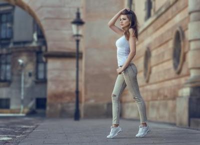 Najmodniejsze w tym sezonie jeansy damskie - co jest trendy?