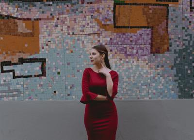 Sukienka z finezyjnie rozkloszowanymi rękawami od Grace Karin