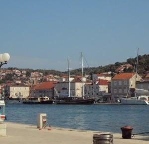 Podróże Dwóch Włóczykijów  ~  Two Gadabouts' Journeys: Port miejski i wybrzeże w mieście Trogir w Chorwacji [The city of Trogir in Croatia - the port and the coast]