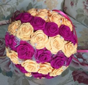 Uszyj to - rękodzieło DIY handmade: Kula z różami z crepy włoskiej (krepy, krepiny, bibuły), różana kula fioletowo pomarańczowa