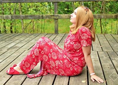 Sukienka shirtowa z nadrukiem + czerwone klapki z kokardą | Zuzka Pisze